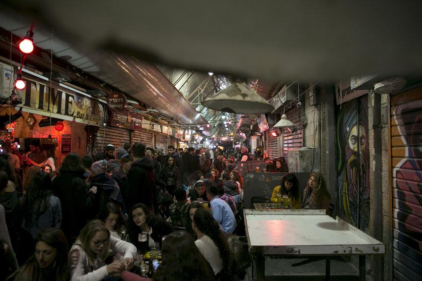 מתחם הבילויים בשוק מחנה יהודה (למצולמים ולעסקים אין קשר לנכתב בידיעה) (צילום: אוליבייה פיטוסי)