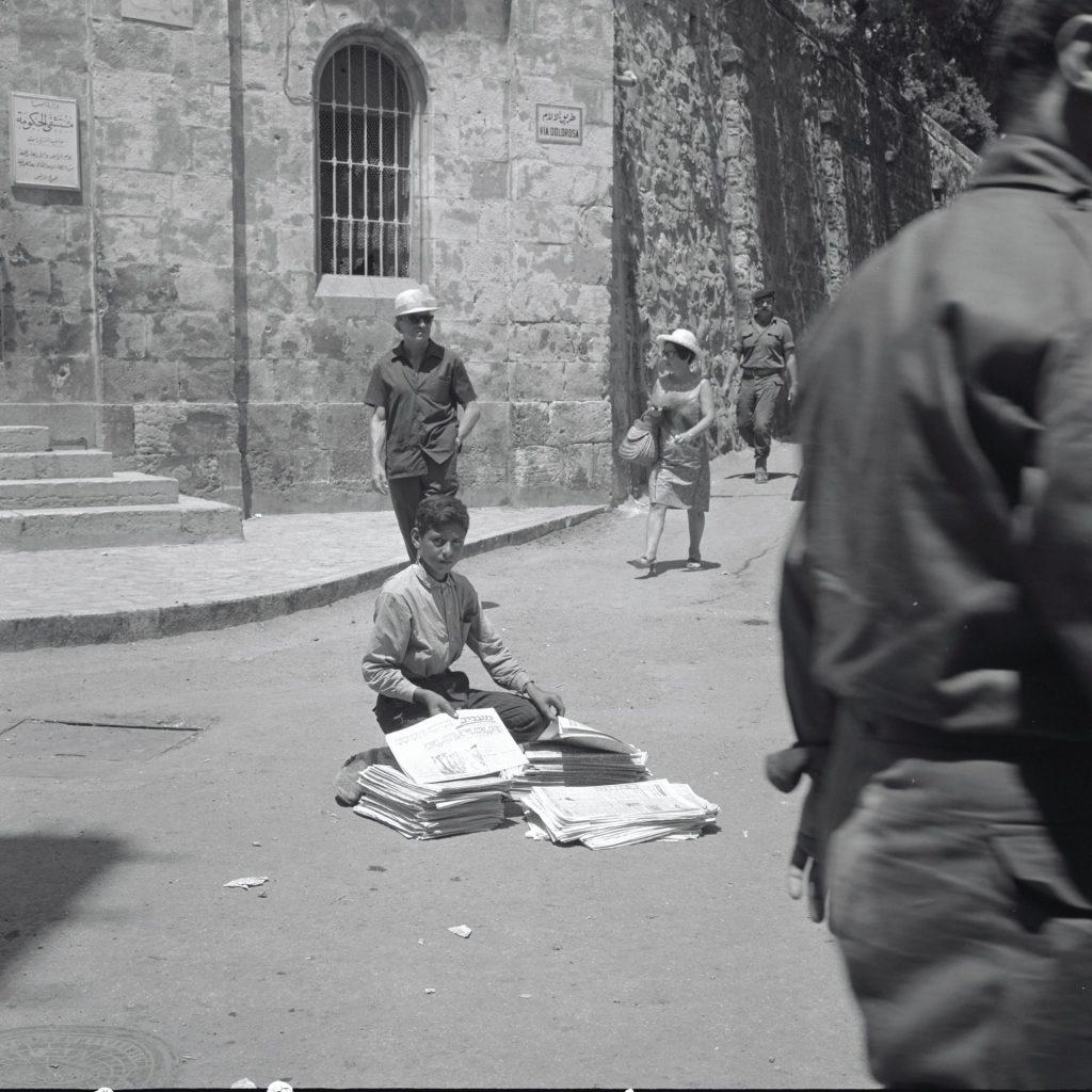 מוכר עיתונים בעברית בעיר העתיקה, 1967 (צילום: דוד הירשפילד)