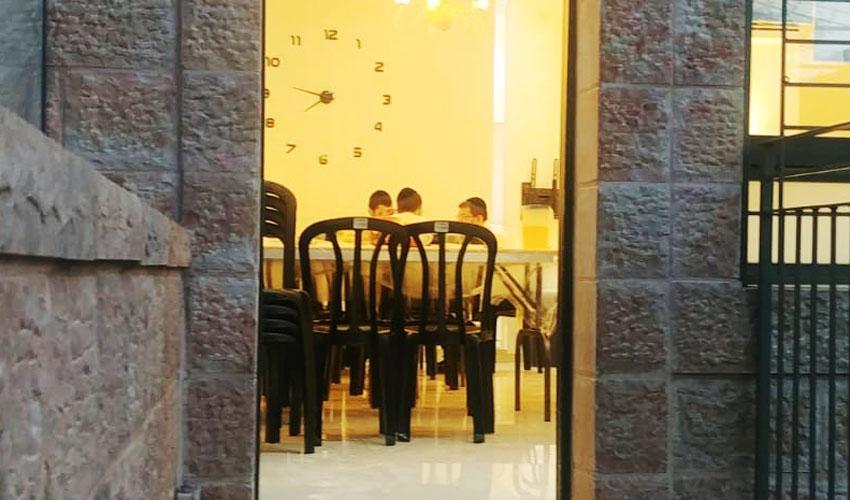 ישיבה בנחלאות (צילום: אתי עדנא)