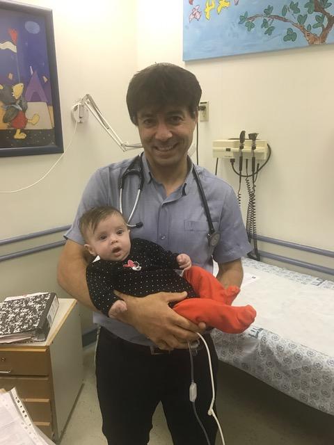 """ד""""ר מרדכי סליי והתינוקת הדסה (צילום: דוברות הדסה)"""