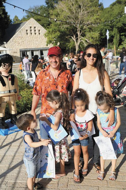 קובי אוז אשתו והילדים בממלכת הפליימוביל (צילום: רפי דלויה)