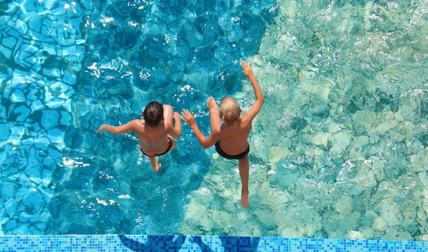 ילדים קופצים לבריכה (צילום אילוסטרציה: א.ס.א.פ קריאייטיב/INGIMAGE)