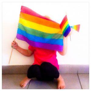 ילד מחזיק את דגל הגאווה (צילום: טל כפיר שור)