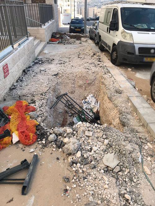 בורות ברחוב עמנואל זיסמן הר חומה (צילום: דקלה דאנה)