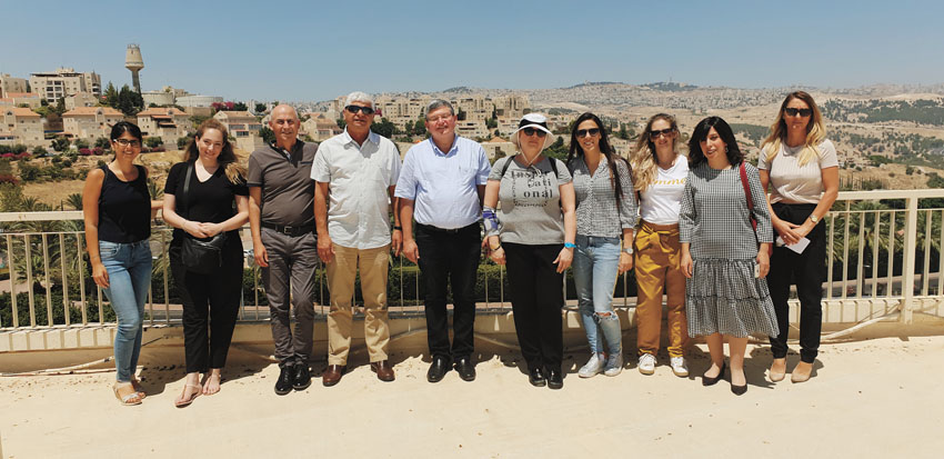 בני כשריאל, משה גילצר והצוותים של עיריית מעלה אדומים ועיריית תל אביב (צילום: עיריית מעלה אדומים)
