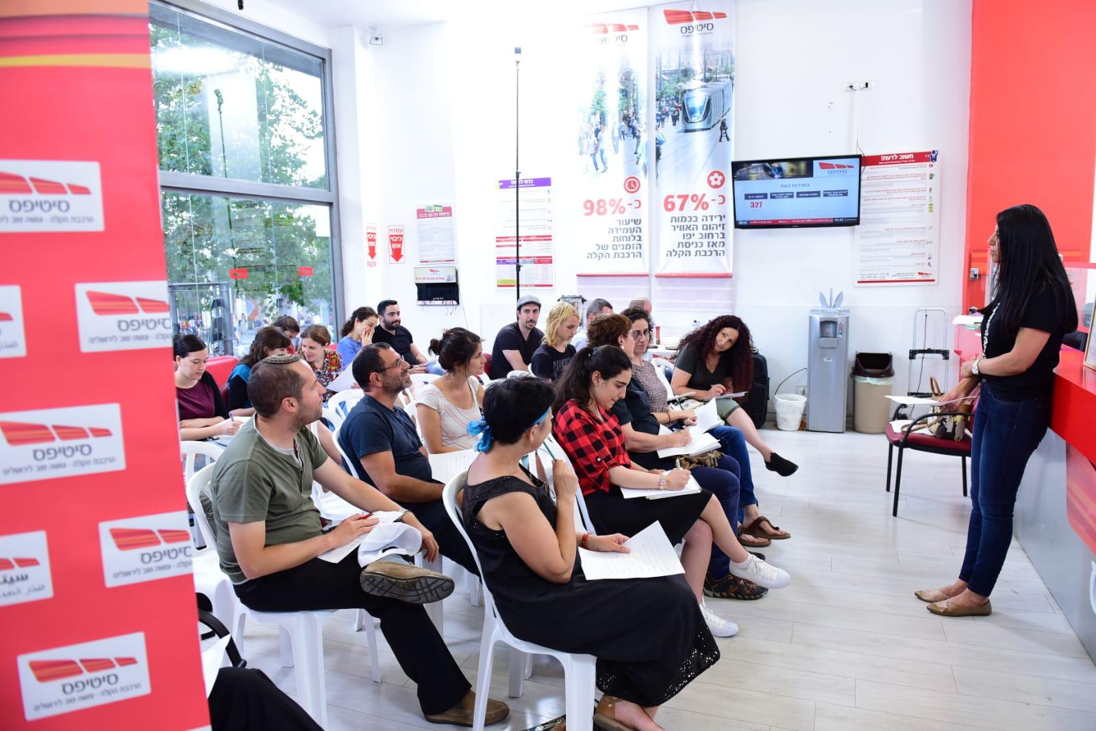 שיעור בערבית, מרכז השירות של סיטיפס בבניין כלל, השבוע (צילום: ישראל וייל)