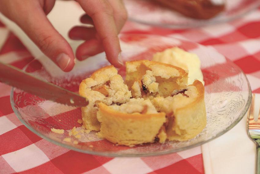 אוכלים כוה'נס דלי (צילום: שלומי כהן)