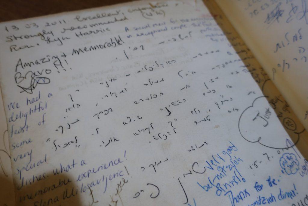 """כתב ידו של שמעון פרס ז""""ל בספר המבקרים מסעדת אקליפטוס (צילום: סיגל קליין)"""