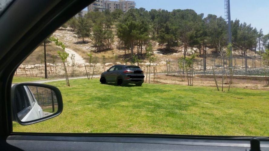 הרכב שנתפס בגן המשחקים בהר חומה (צילום: אגף אכיפה ושיטור)