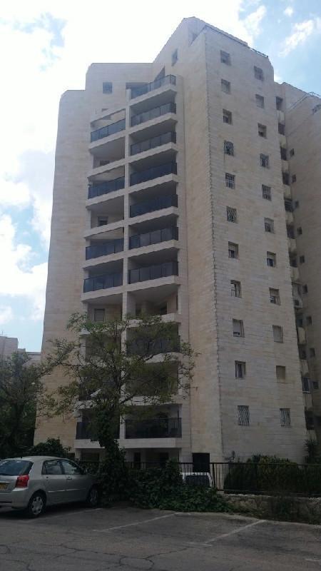 הבניין ברחוב קדיש לוז, רמת שרת (צילום: שרית אליאסף ומיכל הראל)