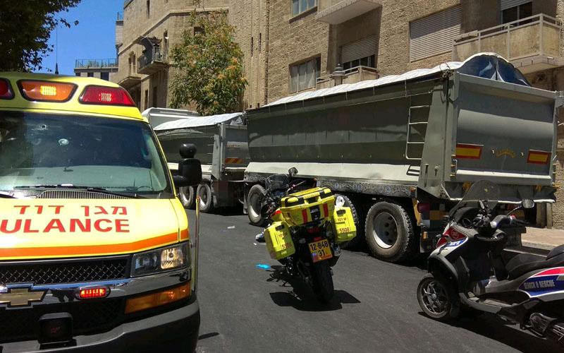 """זירת התאונה ברחוב בצלאל (צילום: דוברות מד""""א)"""