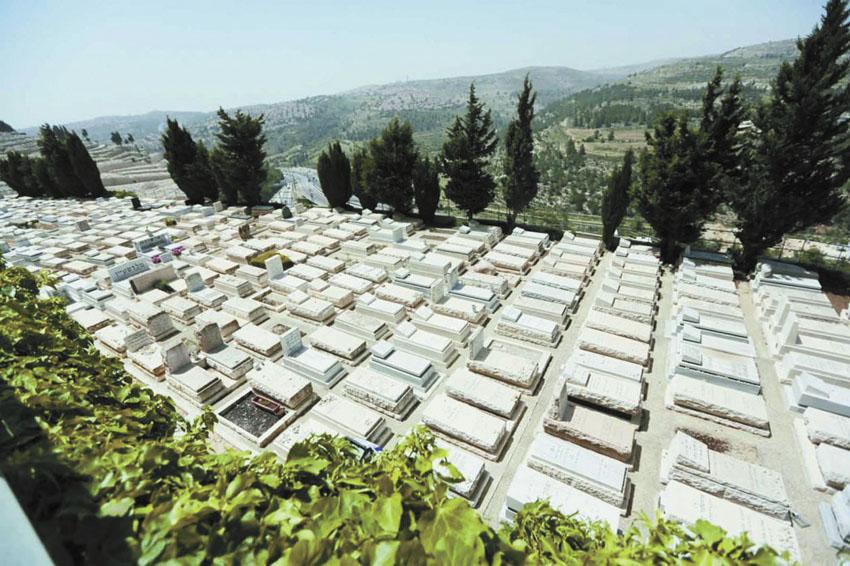בית-קברות בקומות גבעת-שאול (צילום: אורן בן-חקון)
