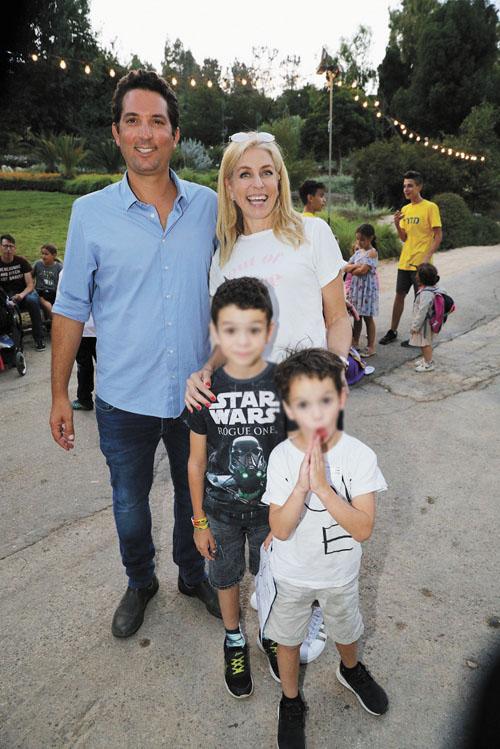 מירב מילר עם הילדים ותום עמית מנכל הגן הבוטני בממלכת פליימובל (צילום: רפי דלויה)