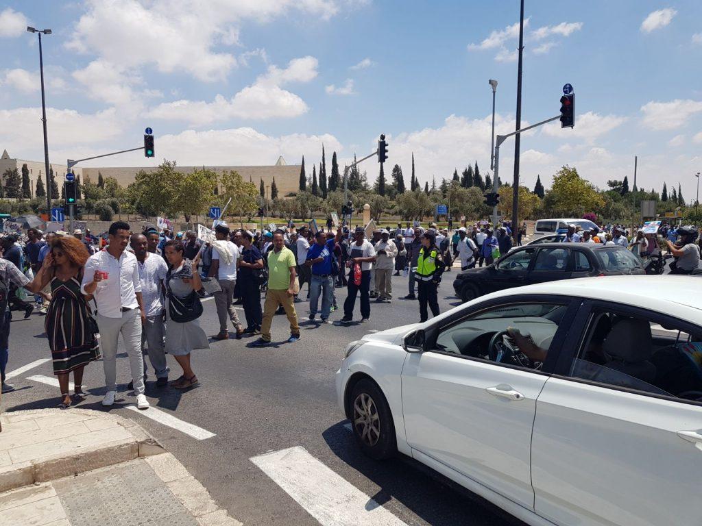 הפגנת הקהילה האתיופית בצומת הסינמה סיטי (צילום: דוברות המשטרה)