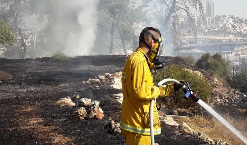 השריפה שפרצה סמוך לגילה, הבוקר (צילום: דוברות כבאות והצלה ירושלים)