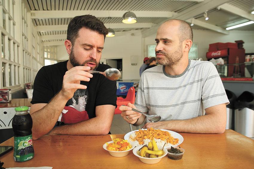 """עמית אהרנסון ויהונתן כהן, """"פלאפל שבח"""" (צילום: ארנון בוסאני)"""