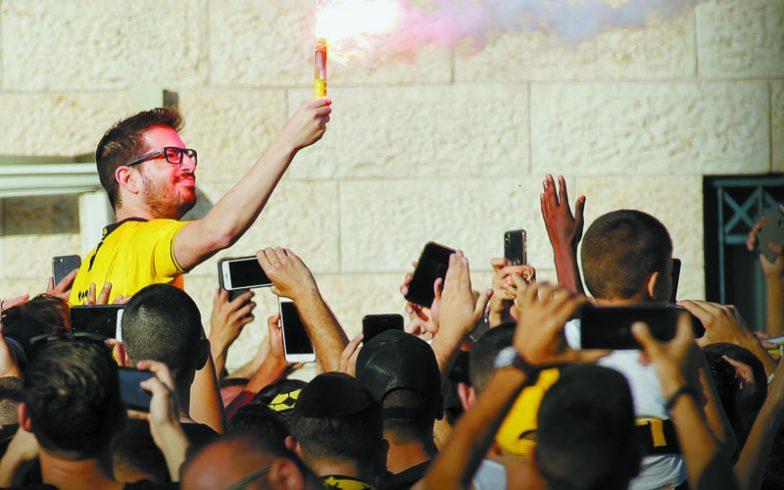 """משה חוגג על כתפי אוהדי בית""""ר ירושלים (צילום: אורן בן חקון)"""