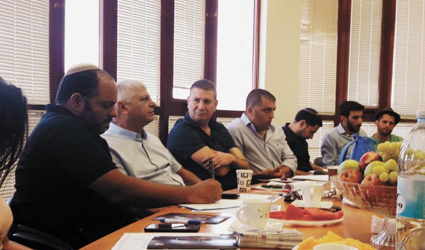 פגישת העבודה בין ראשי העירייה לצוות המשרד לשוויון חברתי (צילום: עיריית מעלה אדומים)