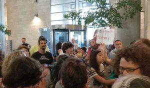 הפגנת ההורים של תלמידי הניסויי בישיבת המועצה השבוע (צילום: שלומי הלר)