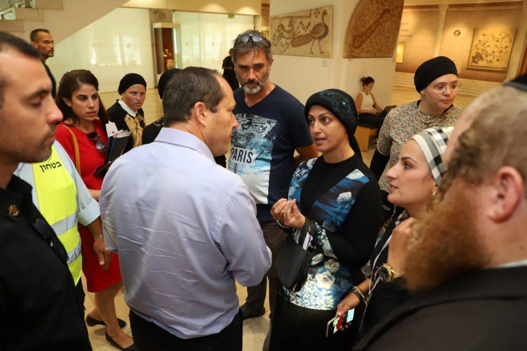 ראש העיר ניר ברקת עם ההורים של תלמידי אמונת ציון (צילום: שלומי כהן)