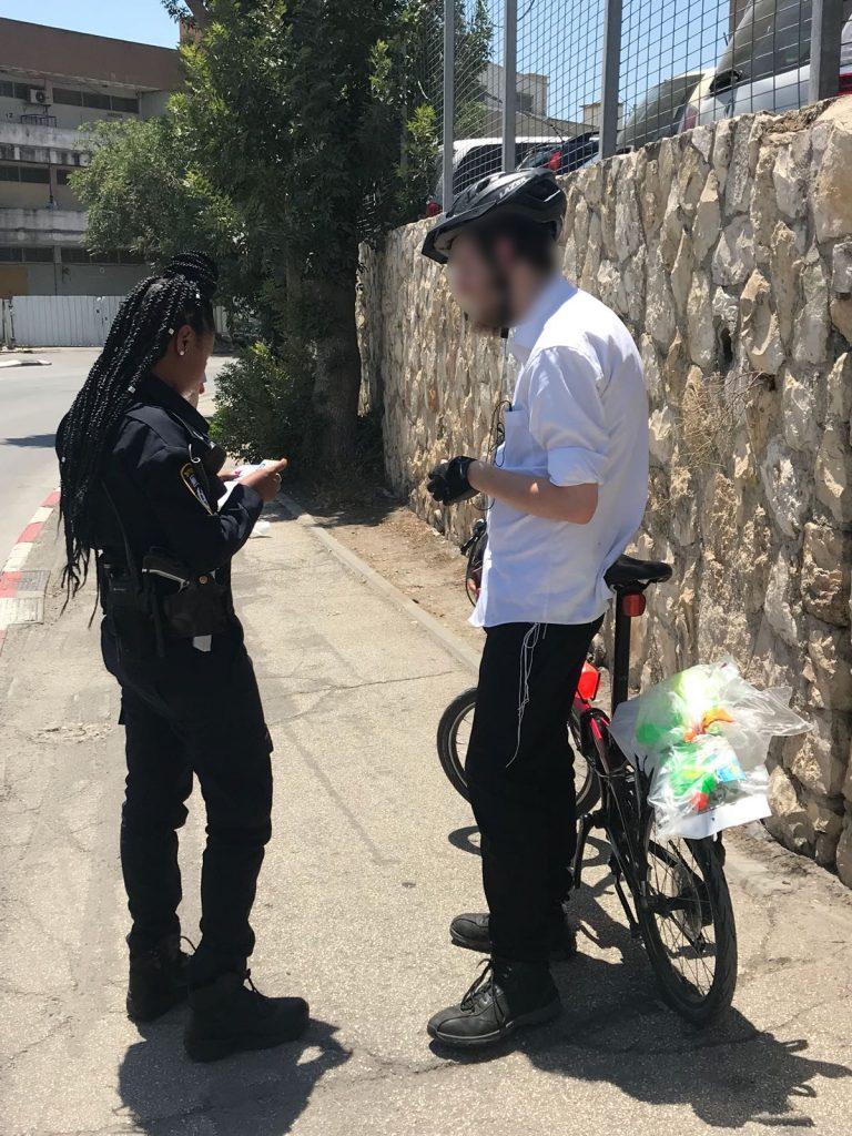 מבצע משטרתי בגולדה מאיר - דוח לרוכב אופניים בגין שימוש בנייד בזמן הרכיבה (צילום: דוברות המשטרה)