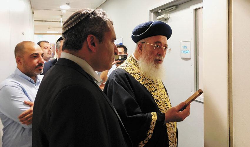 """הרב שלמה משה עמאר וזאב אלקין בטקס תקיעת המזוזה (צילום: יח""""צ)"""