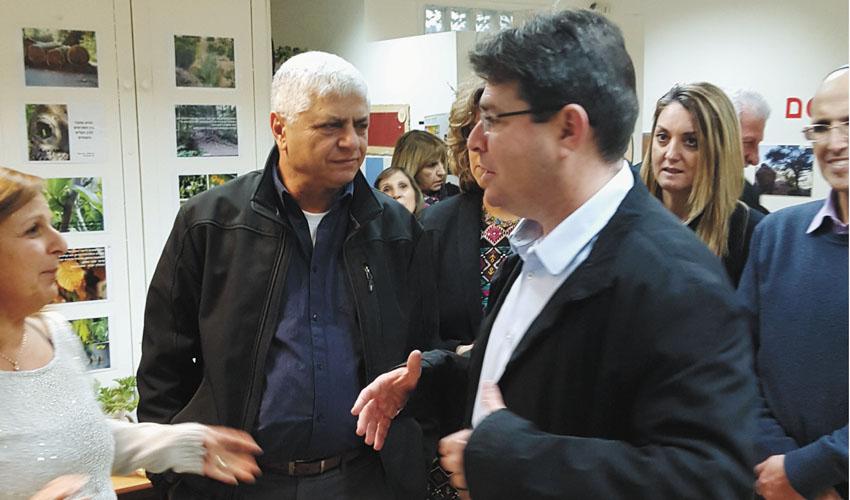 אופיר אקוניס ובני כשריאל (צילום: עיריית מעלה אדומים)