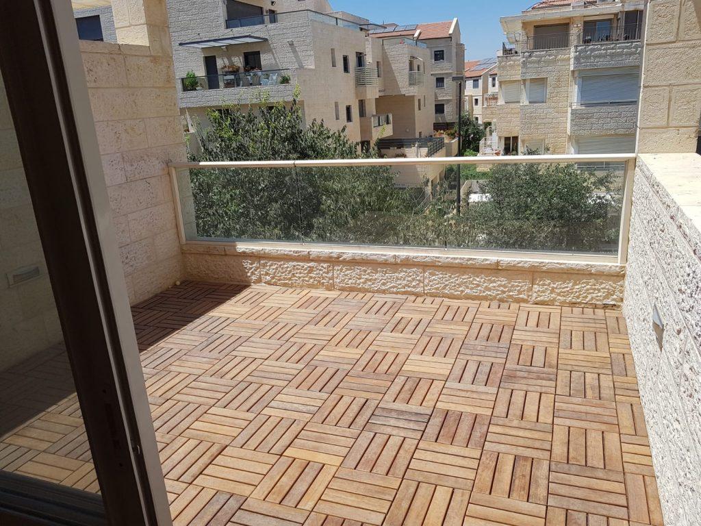 מרפסת הדירה ברחוב יעקב שרייבום, רמת בית הכרם (צילום: אריאל אברס)