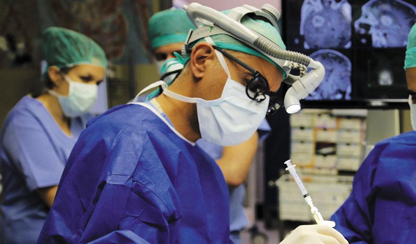 """ביופסיה מוחית בהנחייה רובוטית אשר בוצעה לאחרונה במחלקה הנוירוכירורגית בשערי צדק ע״י ד""""ר טל שחר(צילום: דוברות שערי צדק)"""
