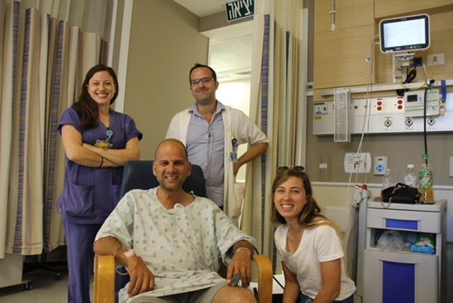 """ד""""ר בני אוליאל, מהמחלקה לנוירולוגיה בהדסה ואחות חדר המיון טליה גזלה יחד עם ישעיהו לקס (צילום: דוברות הדסה)"""