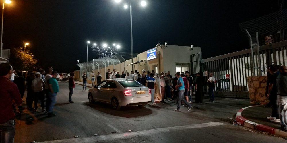 המשפחות, מחוץ לתחנת המשטרה, הלילה
