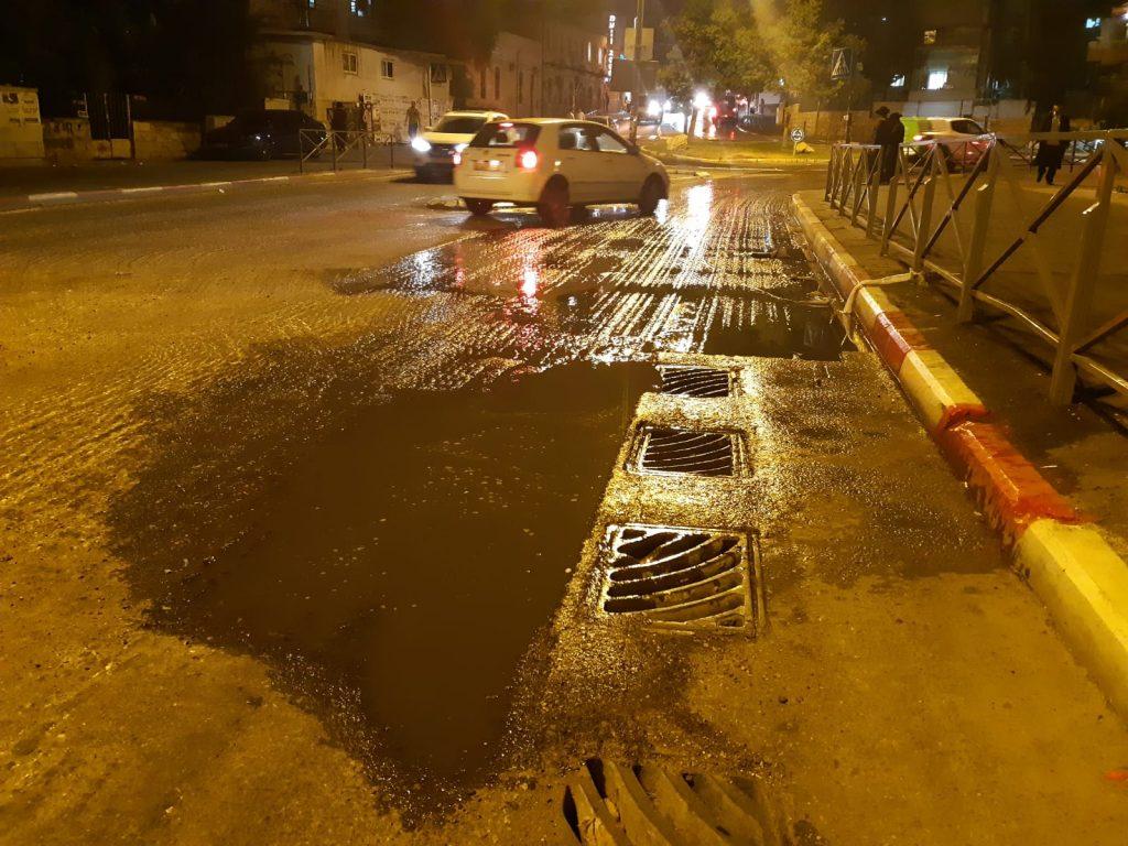 פיצוץ צינור מים ברחוב שמואל הנביא (צילום: שלומי כהן)