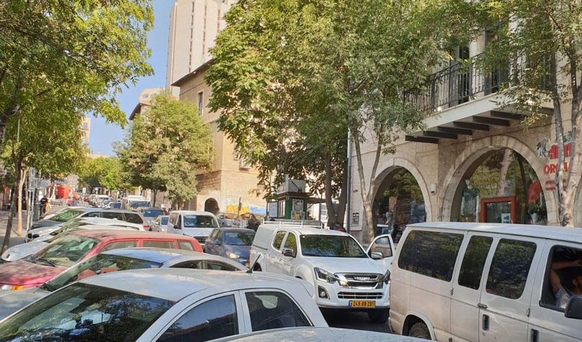 כלי הרכב של ההורים לתלמידי הניסויי חוסמים את התנועה ברחוב הלל
