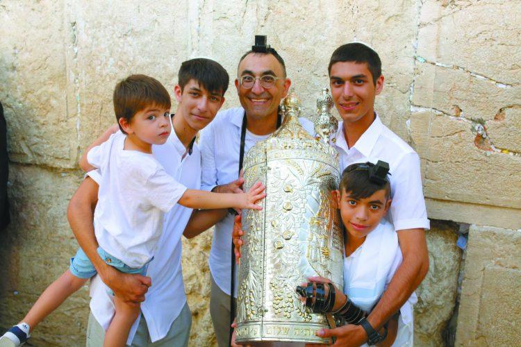 ישראל קטורזה והילדים (צילום: טל אקוקה)