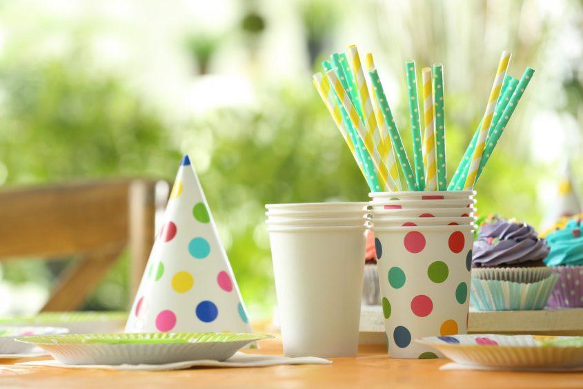 בר מתוקים עם כלים חד פעמיים (מאגר תמונות: Shutterstock)