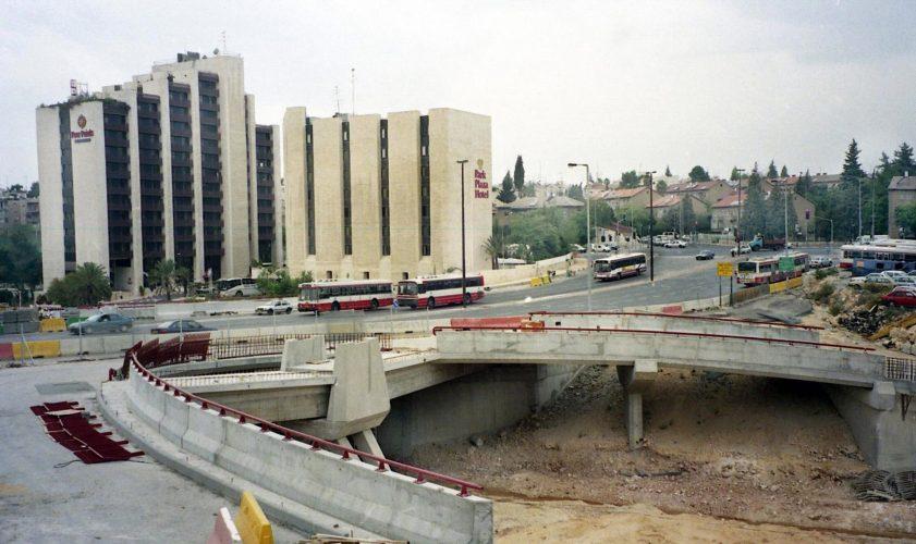 העבודות להקמת כביש בגין, 1995 (צילום: ראובן מילון)