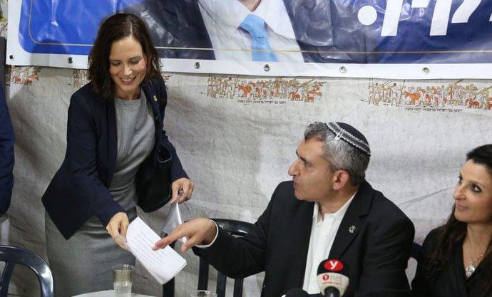 """זאב אלקין וח""""כ רחל עזריה, במסיבת העיתונאים בגילה (צילום: אמיל סלמן)"""