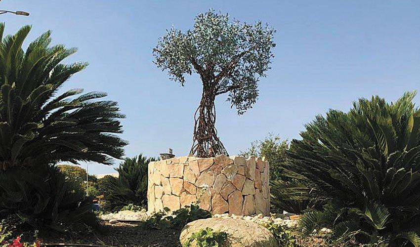 פסל עץ הזית במעלה אדומים (צילום: עיריית מעלה אדומים)