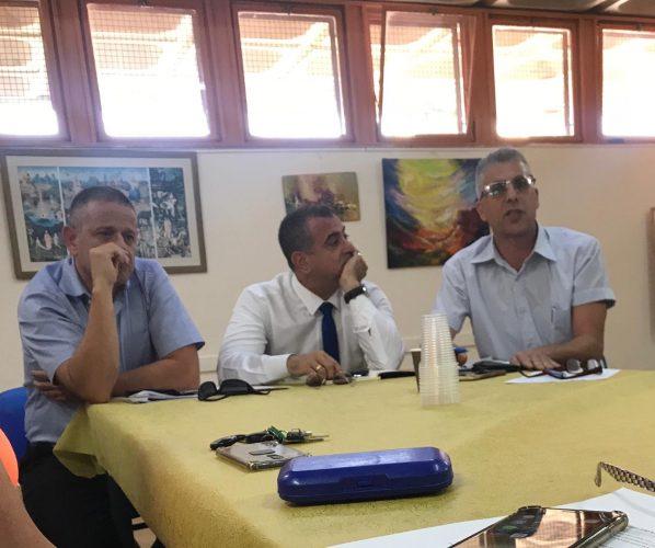 """(מימין) נציג הפרויקט מיכאל זיני, אלי יצפאן, עו""""ד אורי לומברוזו בישיבת התושבים בבית הכרם (צילום: פרטי)"""