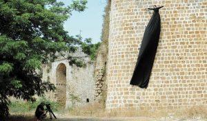 היצירה 'תלויה על קיר' מתוך פסטיבל מנופים (צילום: ראידה אדון)