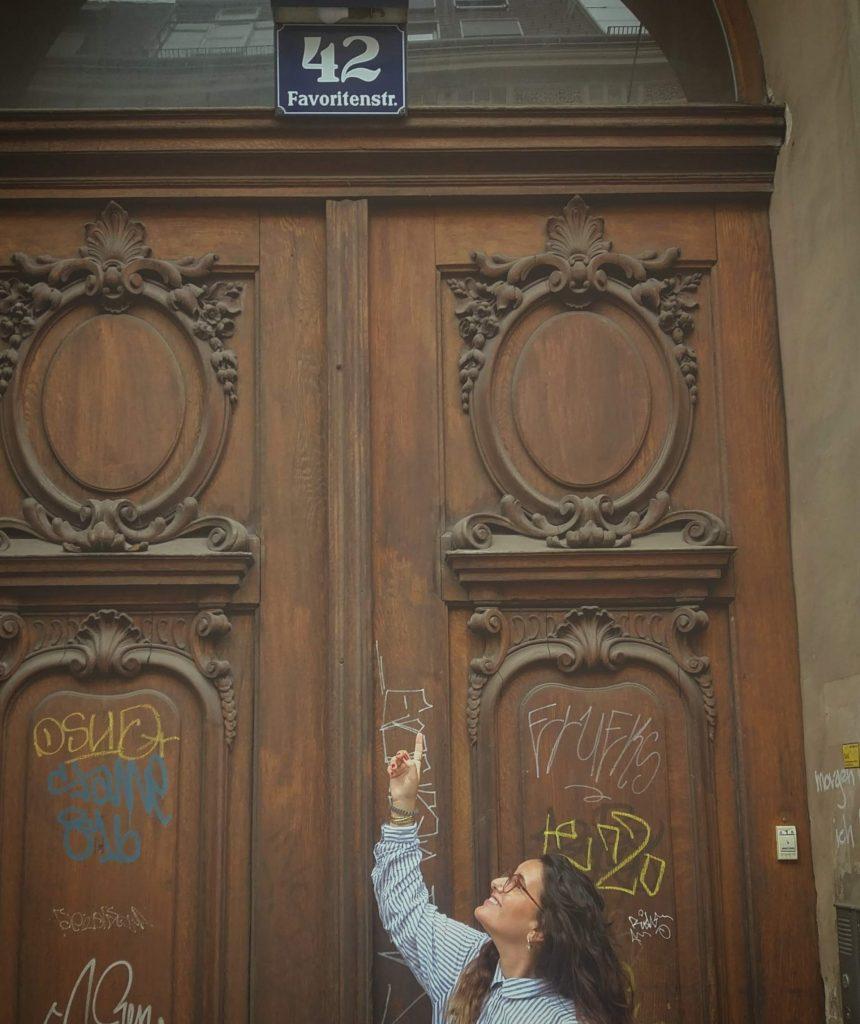 רות פון שטראוס, בבית ילדותו של אביה (צילום: תמר פון שטראוס)