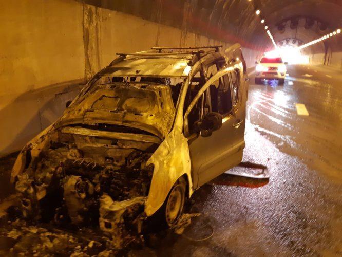 הרכב שעלה באש במנהרת ליפתא (צילום: כבאות והצלה ירושלים)