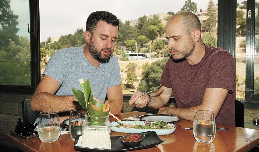"""יהונתן כהן ועמית אהרנסון, """"קפה אסיה"""" (צילום: ארנון בוסאני)"""