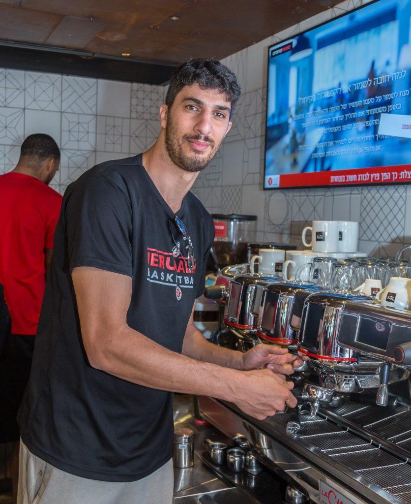 ליאור אליהו, בקפה ארומה בארנה (צילום: דודי מוסקוביץ)