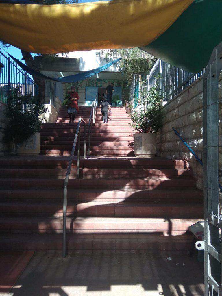 הכניסה לקלפי בבית הכרם בירושלים (צילום: לורה ורטון)