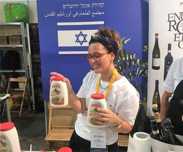 עם מיטב הסחורה הישראלית (צילום: אודי גולדשמיט)
