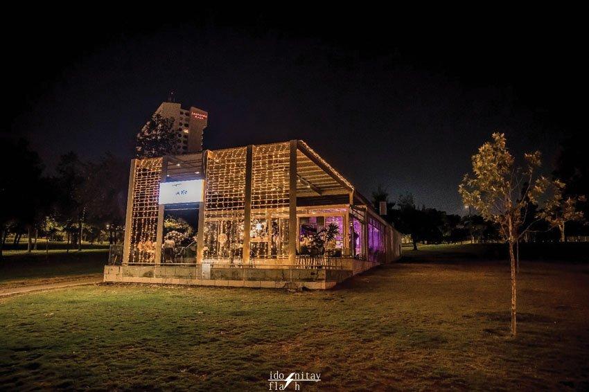 מבנה הבר-מסעדה בגן העצמאות (צילום: עידו ניתאי)