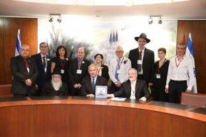 בתמונה (מימין למטה) מוטי זוננפלד (מימין למטה), בנימין נתניהו ויעקב ליצמן עם זוכי פרס'דניאלי – רפואה עם לב' (צילום: אלי קובין)