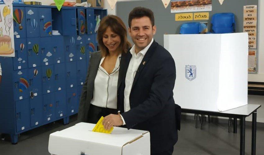 עופר ודינה ברקוביץ מצביעים בבית הספר דוגמא בנחלאות (צילום: שלומי הלר)