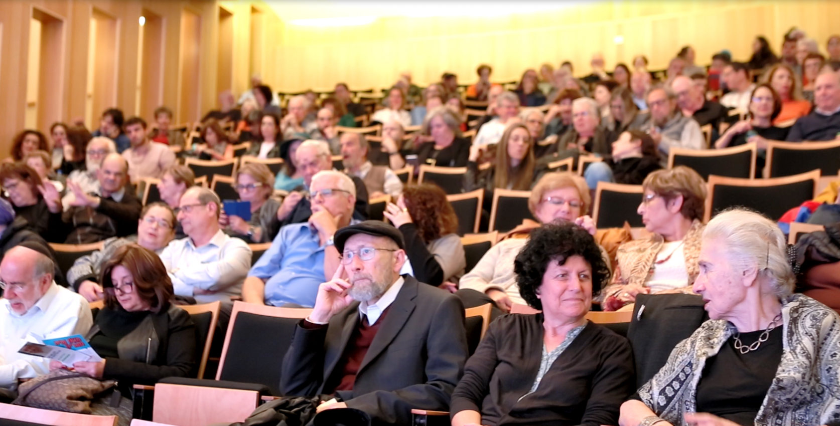 קהל בבית אבי חי (צילום: אבי נעם)